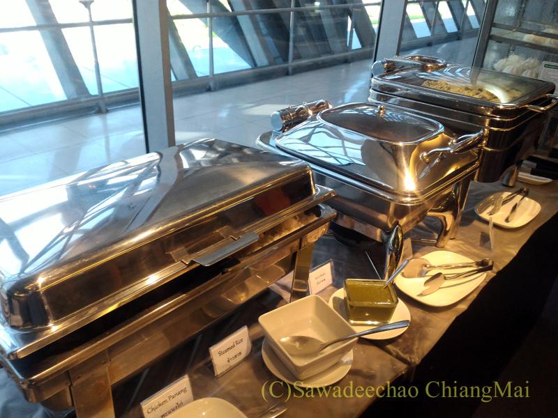 バンコク・スワンナプーム空港のTG国内線ラウンジの温かい食べ物のコーナー
