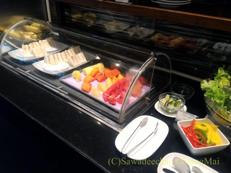 バンコク・スワンナプーム空港のTG国内線ラウンジのフルーツとサンドイッチ