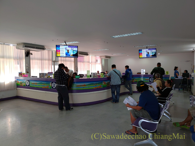 チェンマイのノーンホーイにある陸運局事務所のカウンター