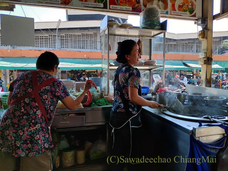 チェンマイにある麺類の店、シンブリーロットデートのキッチン