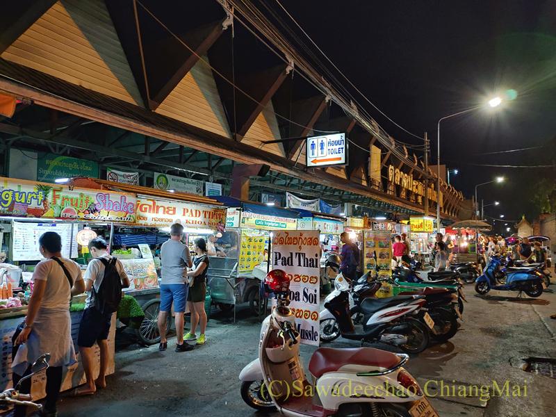 チェンマイ門市場の夜の屋台