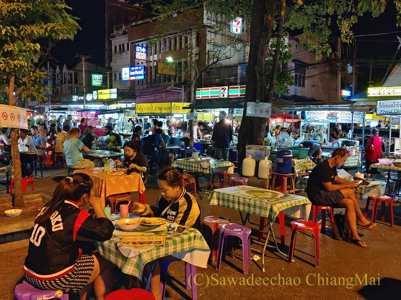 チェンマイ門市場前の広場の夜の屋台街