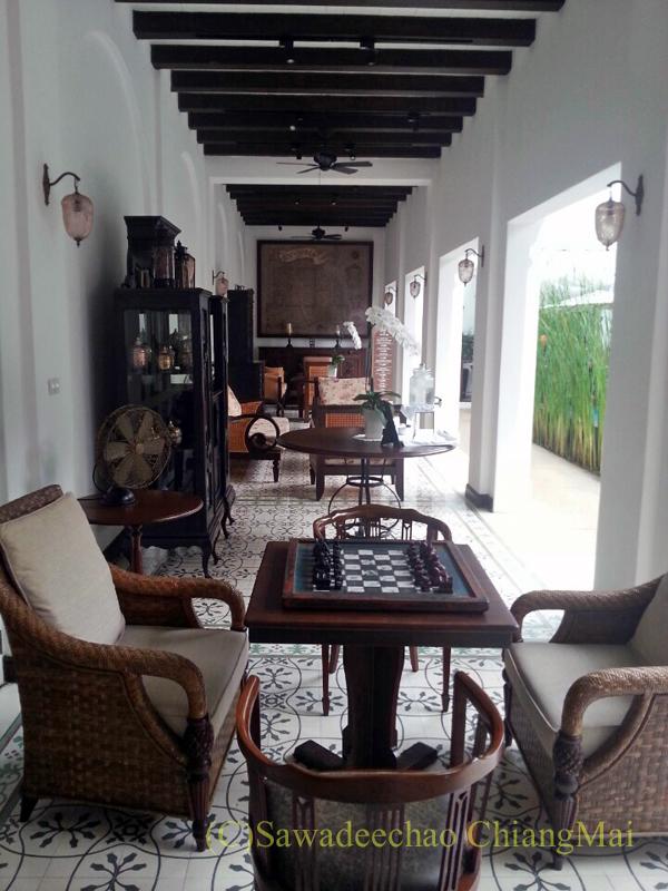 チェンマイにあるピンナカラブティックホテル&スパのレストランへの通路