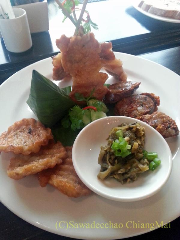 チェンマイにあるピンナカラブティックホテル&スパの朝食の北タイ料理セット