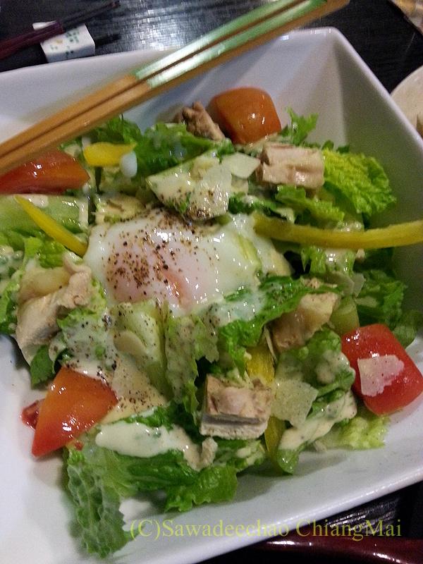 バンコクにある和食居酒屋「みつもり」の地鶏のシーザーサラダ