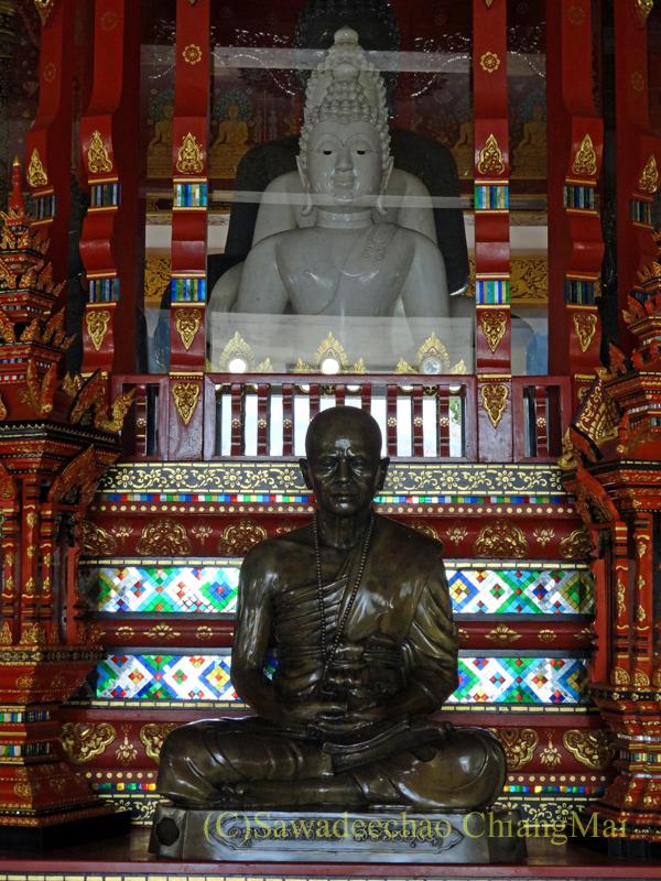 唯一存命のクルーバーがいるチェンマイの寺院ワットシードーンムーンの奥の仏塔の内部
