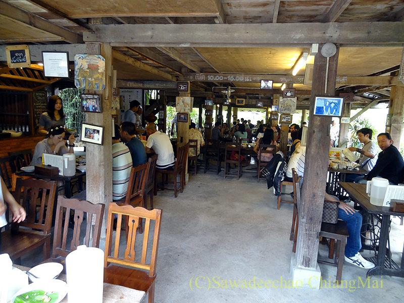 チェンマイにある北タイ料理レストラン、フアンチャイヨーンのメインの建物の1階