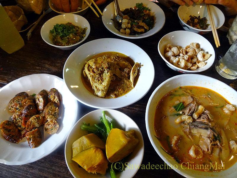 チェンマイにある北タイ料理レストラン、フアンチャイヨーンの料理全景