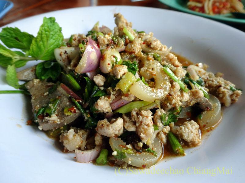 タイ北部の国道11号線沿いにあるカオプルンパーキングエリアのレストランのラープムー