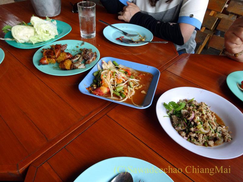 タイ北部の国道11号線沿いにあるカオプルンパーキングエリアのレストランの料理全景