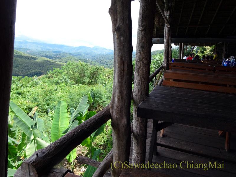 タイ北部の国道11号線沿いにあるカオプルンパーキングエリアのレストランからの景色