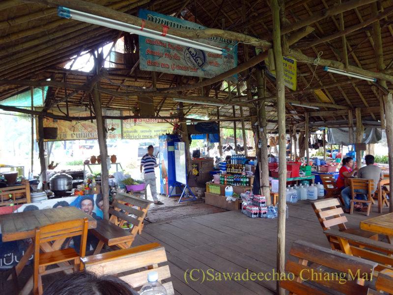 タイ北部の国道11号線沿いにあるカオプルンパーキングエリアのレストランの店内