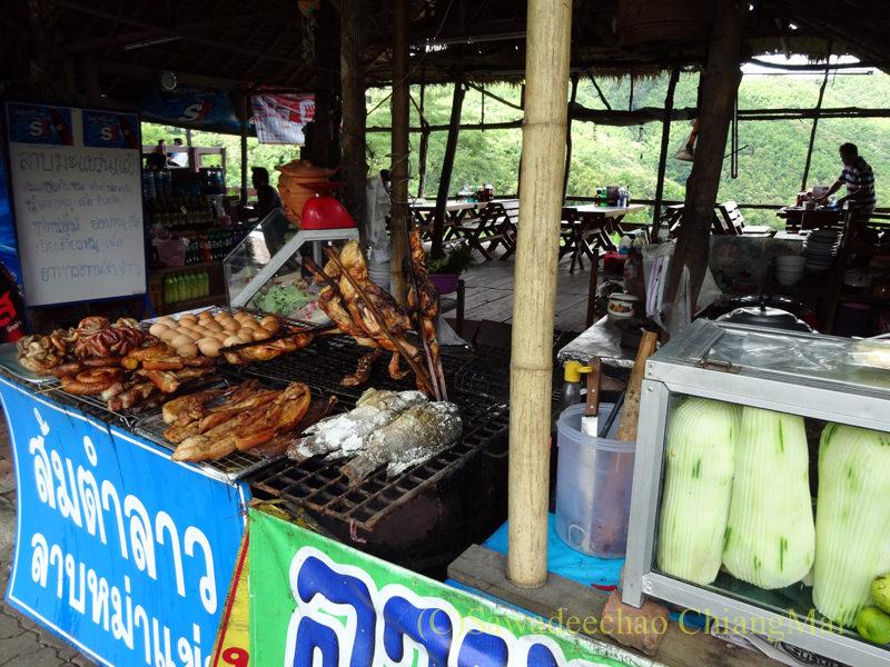 タイ北部の国道11号線沿いにあるカオプルンパーキングエリアの店先の焼き物