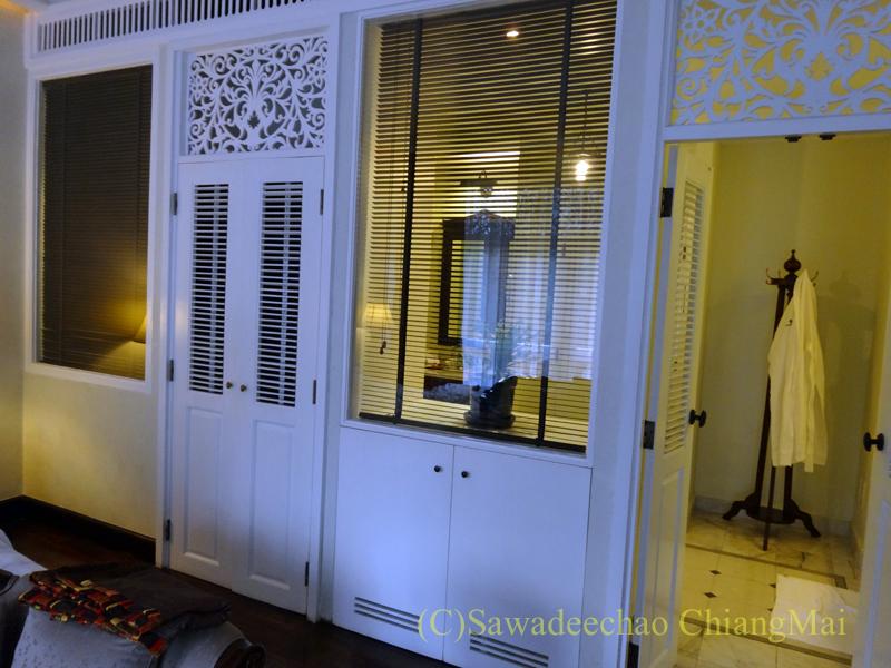 チェンマイにあるピンナカラブティックホテル&スパの客室内のドア