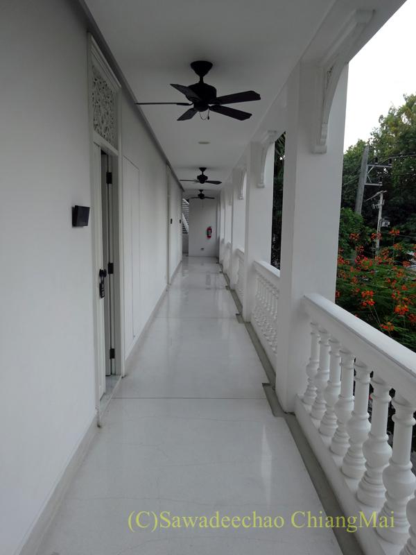 チェンマイにあるピンナカラブティックホテル&スパの客室棟の通路