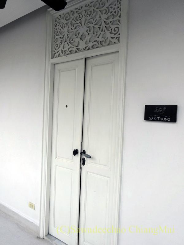 チェンマイにあるピンナカラブティックホテル&スパの客室の扉