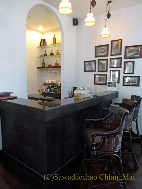 チェンマイにあるピンナカラブティックホテル&スパのバーカウンター
