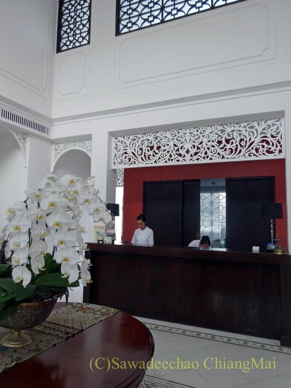 チェンマイ市内中心部にある白亜のコロニアル様式が美しいピンナカラ・ブティックホテル&スパのフロント