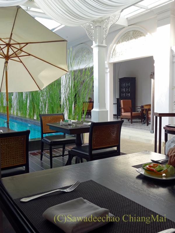 チェンマイにあるピンナカラブティックホテル&スパのレストランのテラス席