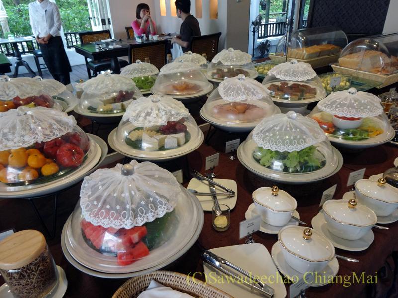 チェンマイにあるピンナカラブティックホテル&スパの朝食のテーブル