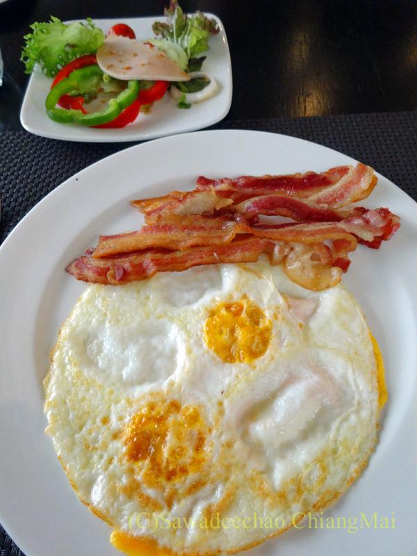 チェンマイにあるピンナカラブティックホテル&スパの朝食の洋食