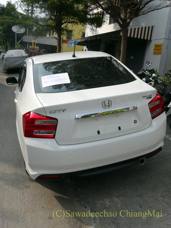 チェンマイで見かけたリアガラスに張り紙がしてある新車