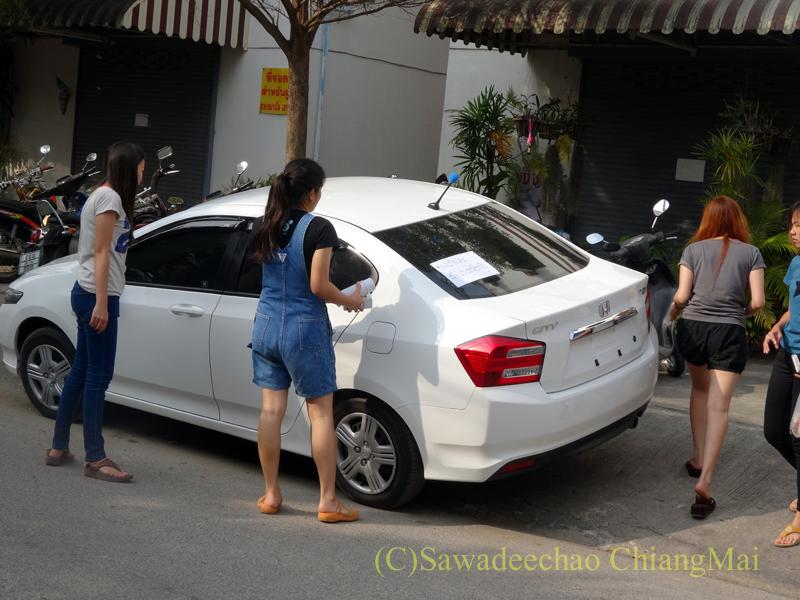 チェンマイで新車に乗り込む女性たち