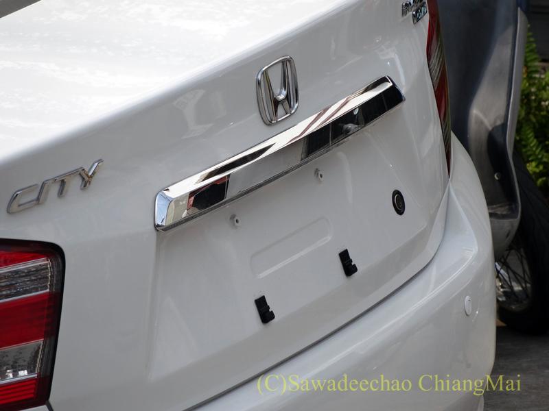 チェンマイで見かけたまだナンバープレートがつけられていない新車