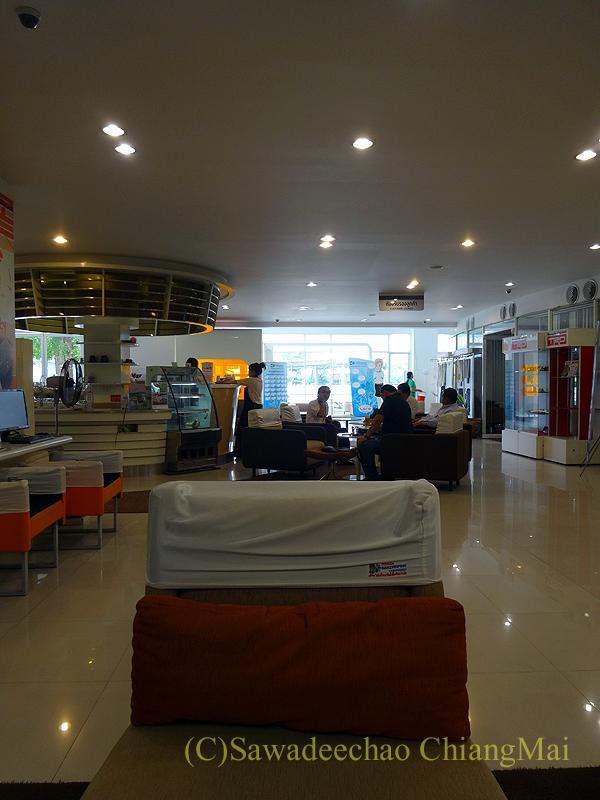 チェンマイのトヨタ自動車整備工場の待ち合いカフェ