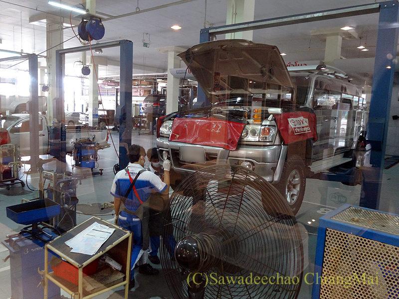 チェンマイのトヨタ自動車整備工場の作業の様子