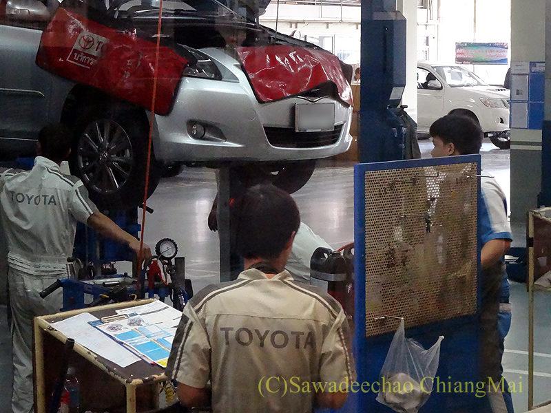 チェンマイのトヨタ自動車ディーラー整備工場での作業