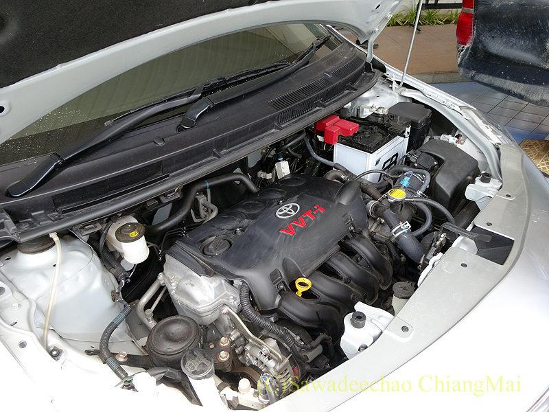 チェンマイのトヨタ自動車ディーラーの整備工場でのエンジンルームの説明