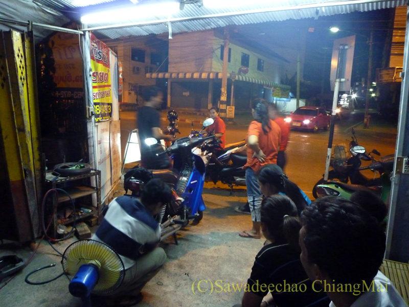 チェンマイの深夜営業のバイク修理屋