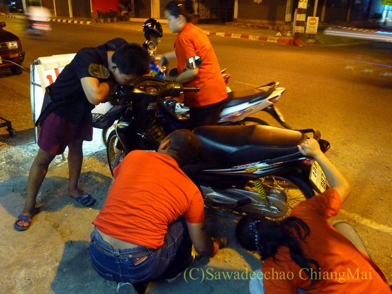 チェンマイの深夜営業のバイク修理屋で自ら修理する若者たち