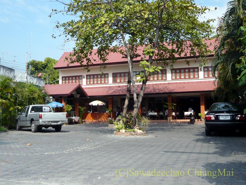 チェンマイにあるカーオマンガイの店、クリットオーチャーの駐車場