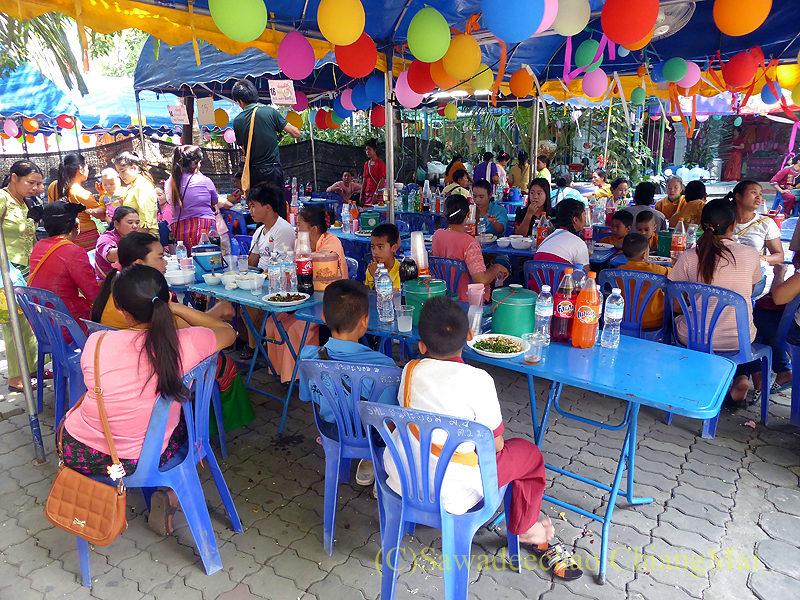 タイヤイ(シャン族)の出家得度式ポーイサーンローンの食事スペース