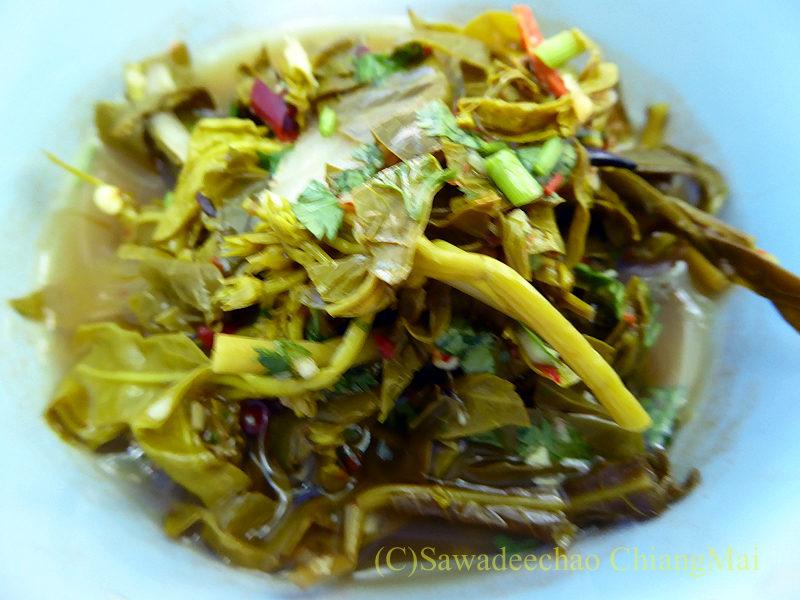 タイヤイ(シャン族)の出家得度式ポーイサーンローンで出た発酵した青菜