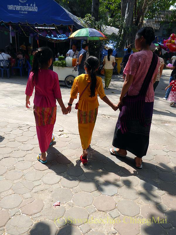 チェンマイにあるワットクータオの着飾ったタイヤイ(シャン族)の子供