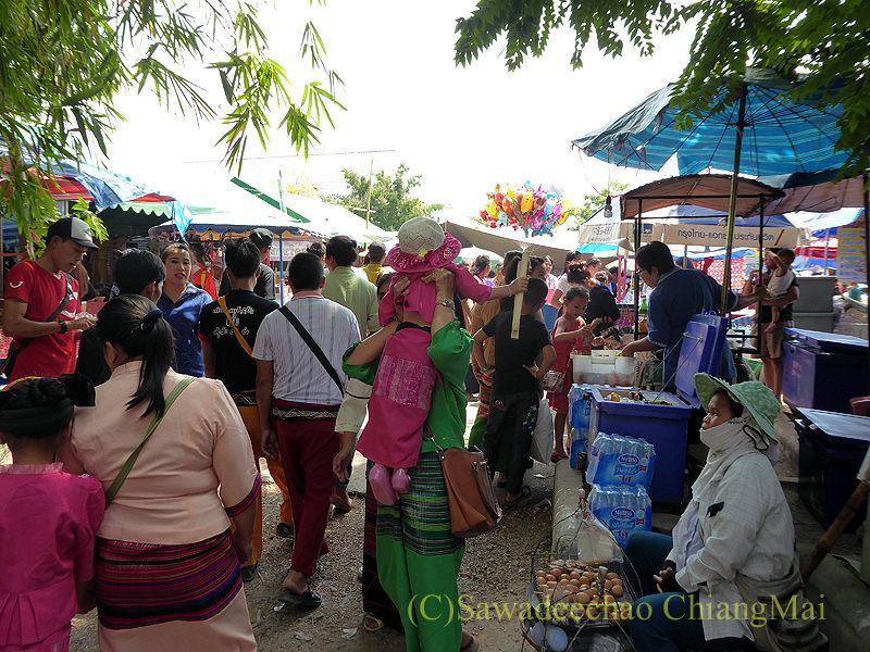 チェンマイにあるワットクータオの着飾ったタイヤイ(シャン族)