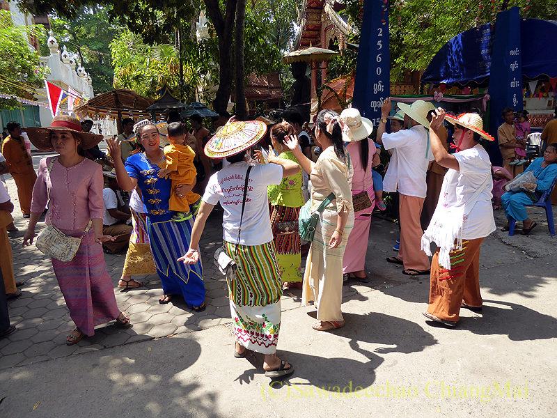 タイヤイ(シャン族)の出家得度式ポーイサーンローンの踊る女性達