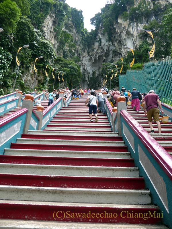 マレーシアのクアラルンプールにある寺院、バトゥケイブスの階段