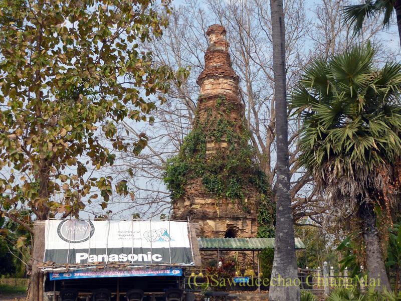 国道3035号線沿いに立つ廃寺の仏塔