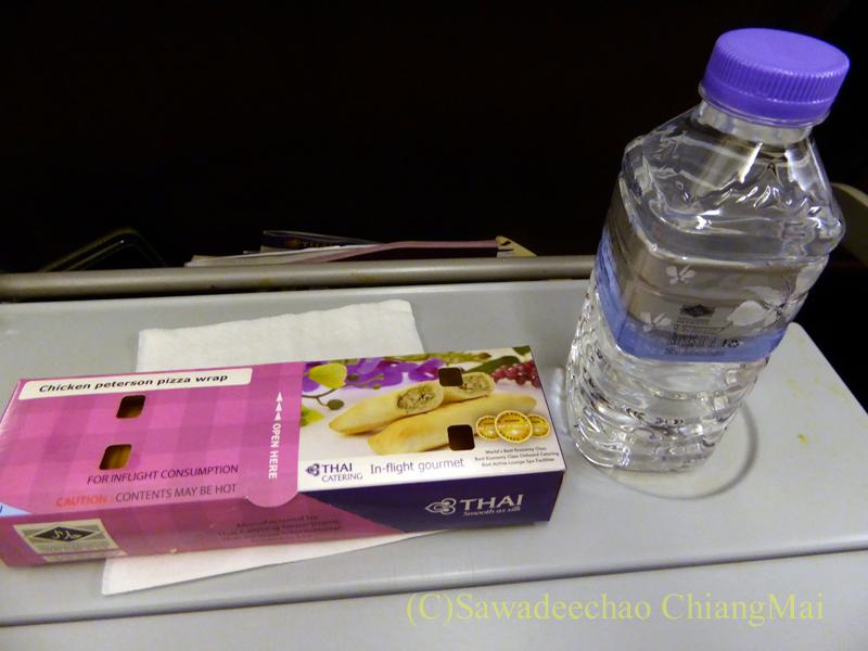 タイ国際航空TG121便エコノミークラスで出た機内食全景