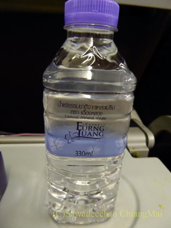 タイ国際航空TG121便エコノミークラスで出た飲料水