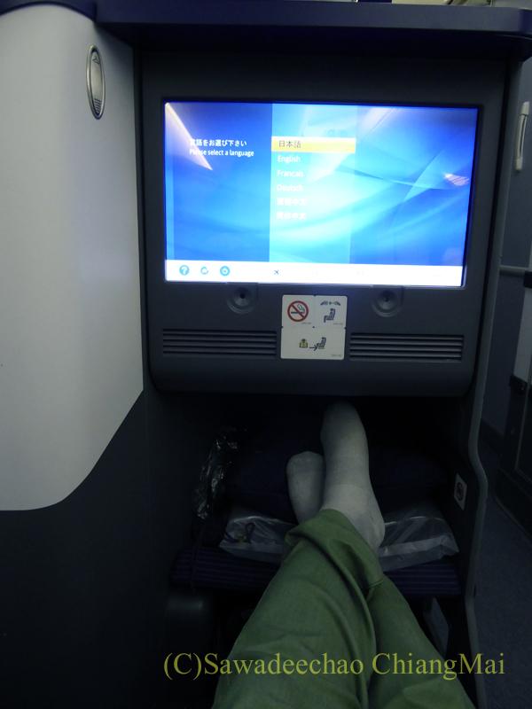 ANA全日空NH808便のビジネスクラスの席から前を見る