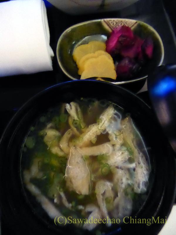ANA全日空NH808便のビジネスクラスで出た味噌汁と香の物