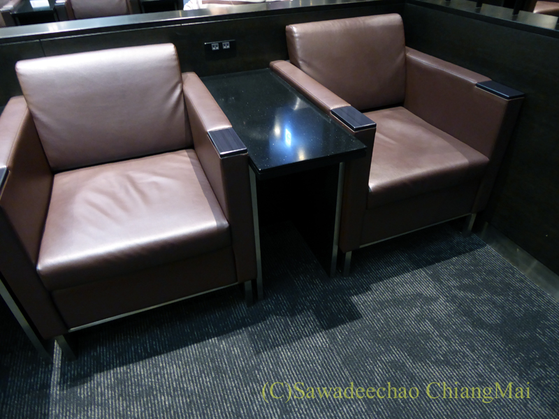 羽田空港国際線ターミナル全日空ANAラウンジのソファ席