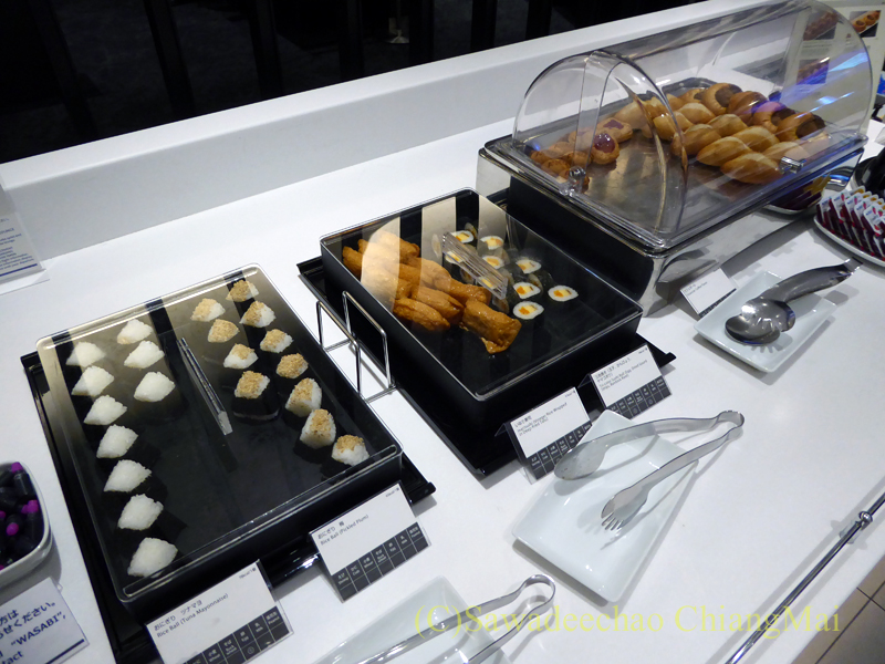 羽田空港国際線ターミナル全日空ANAラウンジの寿司おにぎりコーナー