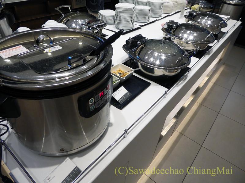 羽田空港国際線ターミナル全日空ANAラウンジの暖かい食べ物のコーナー