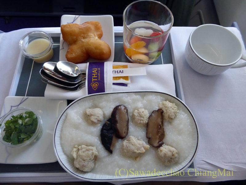 タイ国際航空TG102便ビジネスクラスの機内食全景